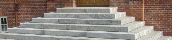 Trappe i granit med bagstøbning. Opbygget efter individuelle mål.