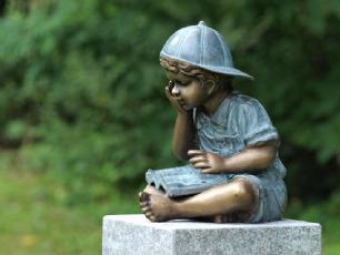salg af Bronzefigur 2 læsene drenge