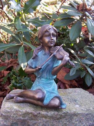 salg af Pige som sidder og spiller violin