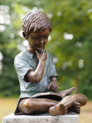 salg af Dreng som læser i en bog