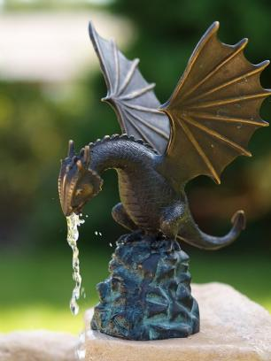 salg af Little dragon on rock fountain