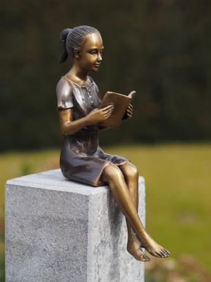 salg af Pige som sidder og læser
