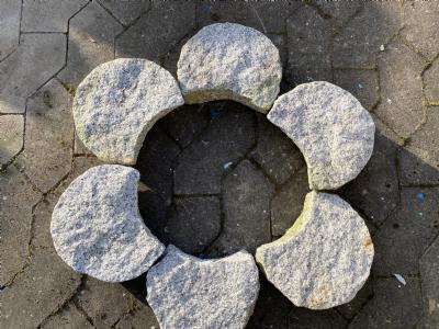 blomsterbed bedsten lysgrå granit