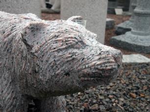 salg af Bjørn i rød granit