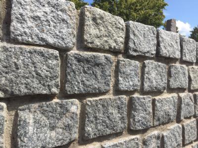 Opbygning af støttemur med brosten