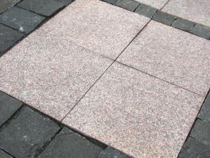 salg af Granitflise - Rødlig granit med rustik, skridsikker overflade