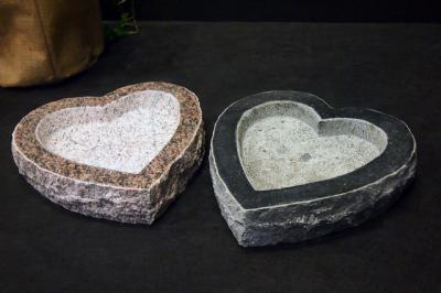 Hjerteformet granitfuglebad i rød
