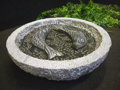 salg af Granitfuglebad med polerede fisk, gråsort