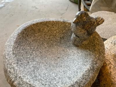 fuglebad grå granit med fugl