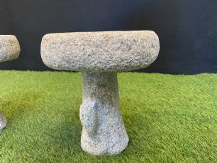 salg af Granit fuglebad på træstamme
