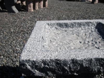 Granitfuglebad i gråsort granit