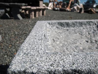 Granitfuglebad i gråsort granit 4-kantet