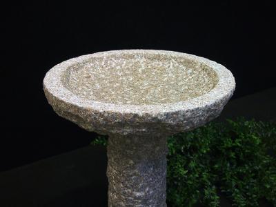 salg af Rundt granitfuglebad på sokkel
