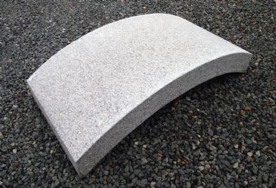 Gangbro udformet i lysgrå granit