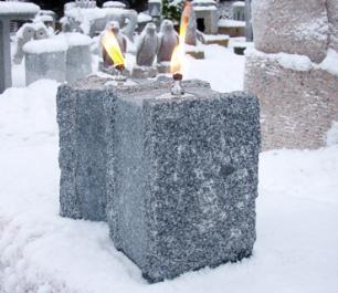 salg af Firkantet, råkløvet, gråsort ildsten i granit