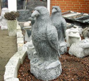 salg af Ørn i poleret gråsort granit