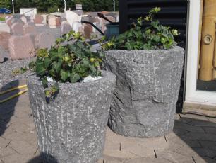salg af Plantetrug i gråsort råkløvet granit, konisk facon