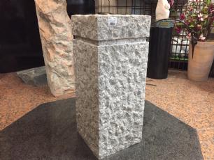 salg af Granitsokkel i kl�vet gr� granit m/fals