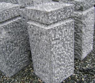 salg af Granitsokkel i kløvet gråsort granit m/fals