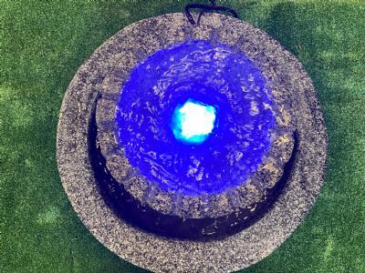 cascade med blå LED lys