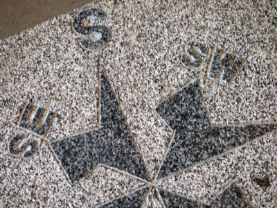 salg af Granitflise med kompasmotiv, gråsort granit