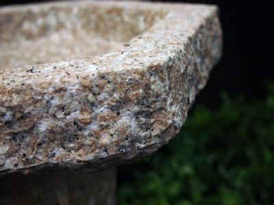 granitfuglebad 6-kantet rosa på sokkel