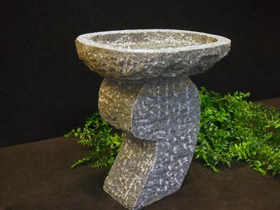 Granit fuglebad på bølget sokkel