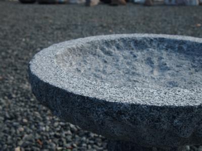 fuglebad på sokkel i grå granit