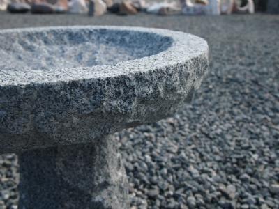 Fuglebad med sokkel i gråsort granit