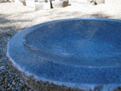 Fuglebad i gråsort granit med poleret skål
