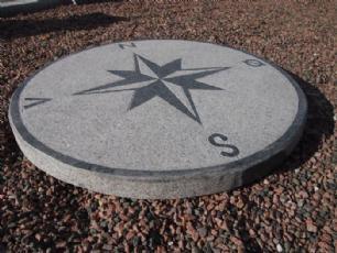 salg af Kompassten i gr�sort granit