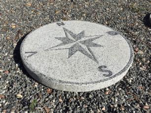 salg af Kompassten i gråsort granit