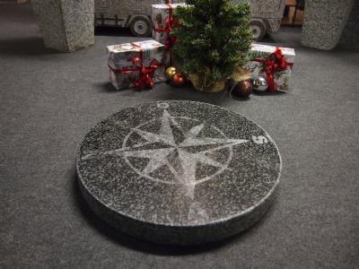 Gråsort granit kompasrose.