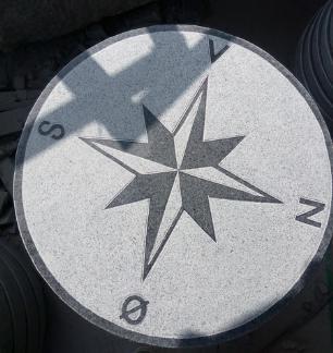 salg af Kompasrose - gråsort granit