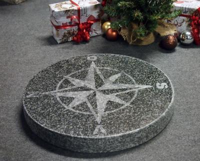 kompasrose i gråsort indisk granit
