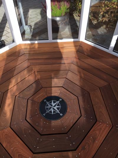 Sort granit kompas sten lagt i terrassen