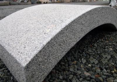Granitbro i grå granit
