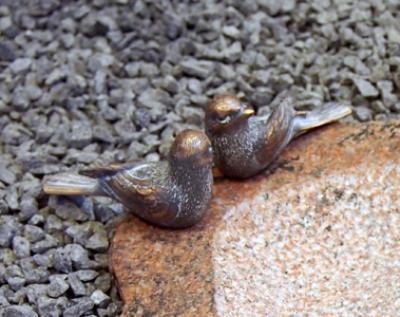 Montering af to små bronzefugle