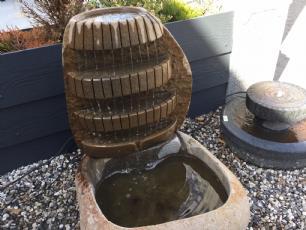 salg af Natursten med vandfald og bassin