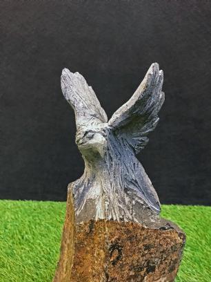 salg af Ørn på basalt pedestal