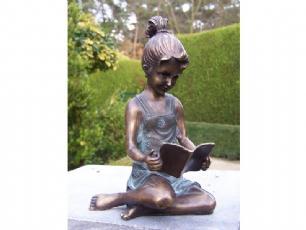 salg af Pige der sidder og læser