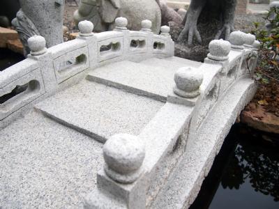 Grå granitbro med gærde