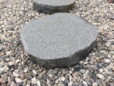 salg af Trædesten i mørk granit