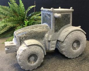 salg af Traktor i sten - gråsort granit