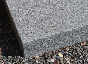 salg af Jetbændt granittrappetrin i gråsort granit