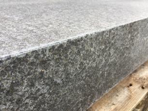 salg af Jetbrændt granittrappetrin i sort basalt